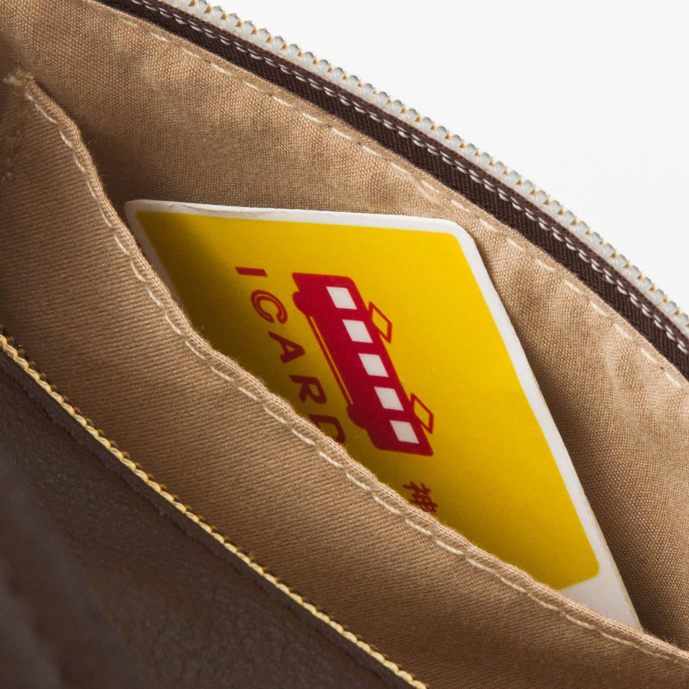 外側ファスナーポケット内側にICカードを入れてバッグごとタッチ。