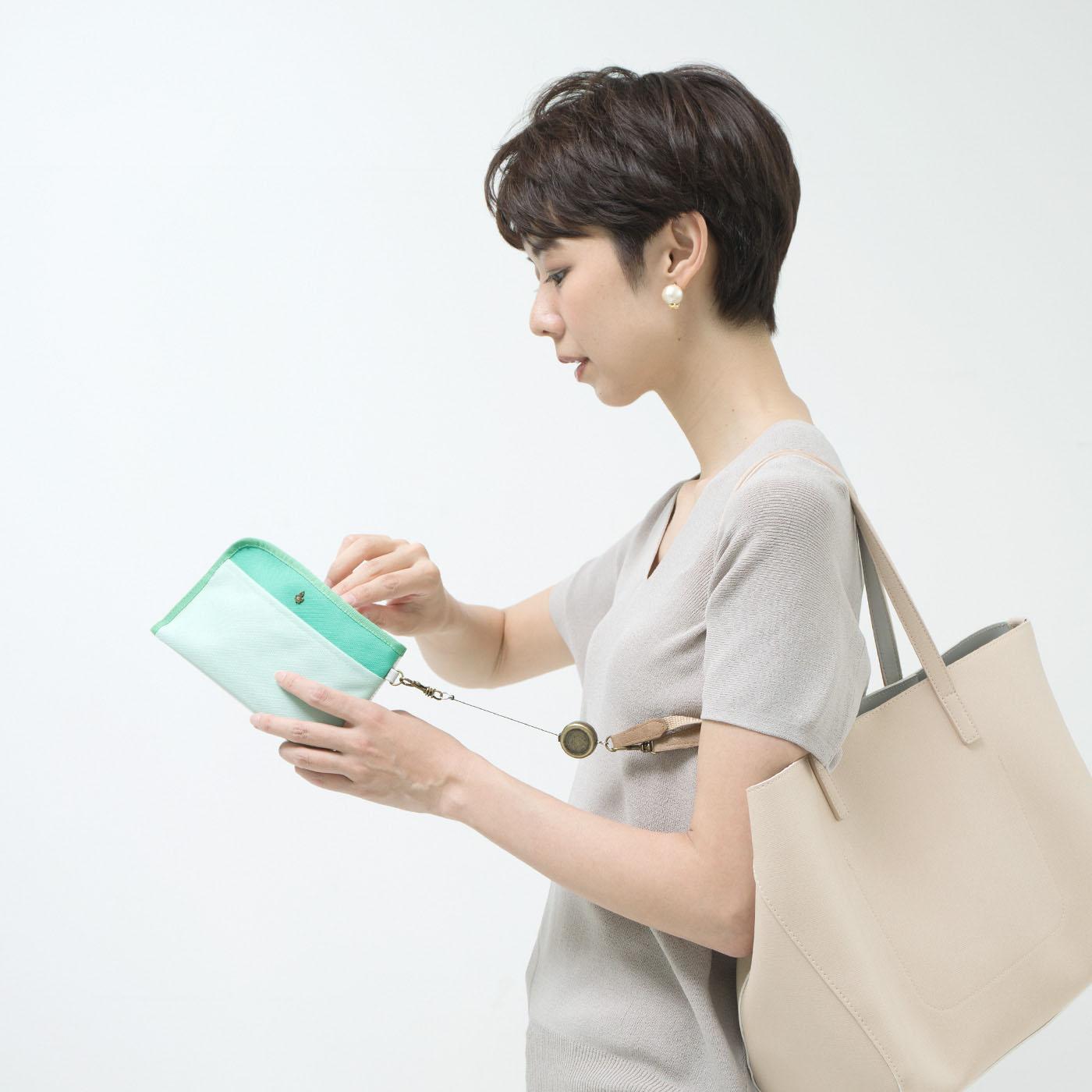 バッグに付けたまま使用できるから安心。