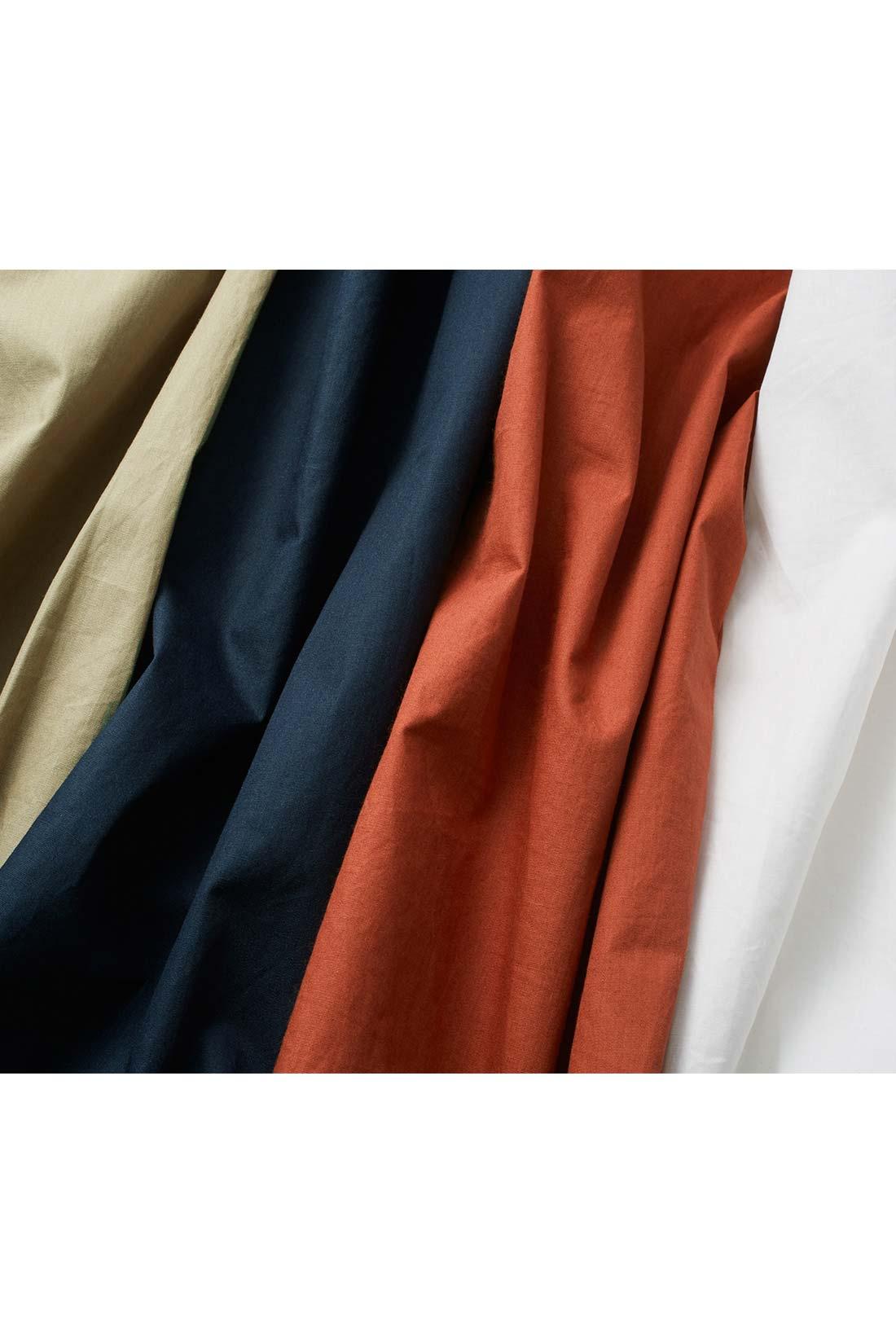 張り感と上品な微光沢、こなれたニュアンスを生むしわのような風合いが自慢のペーパー風の加工をほどこしたコットンタイプライター素材。ノンアイロンでもきれいに着られます。綿100%なので肌にもやさしい。