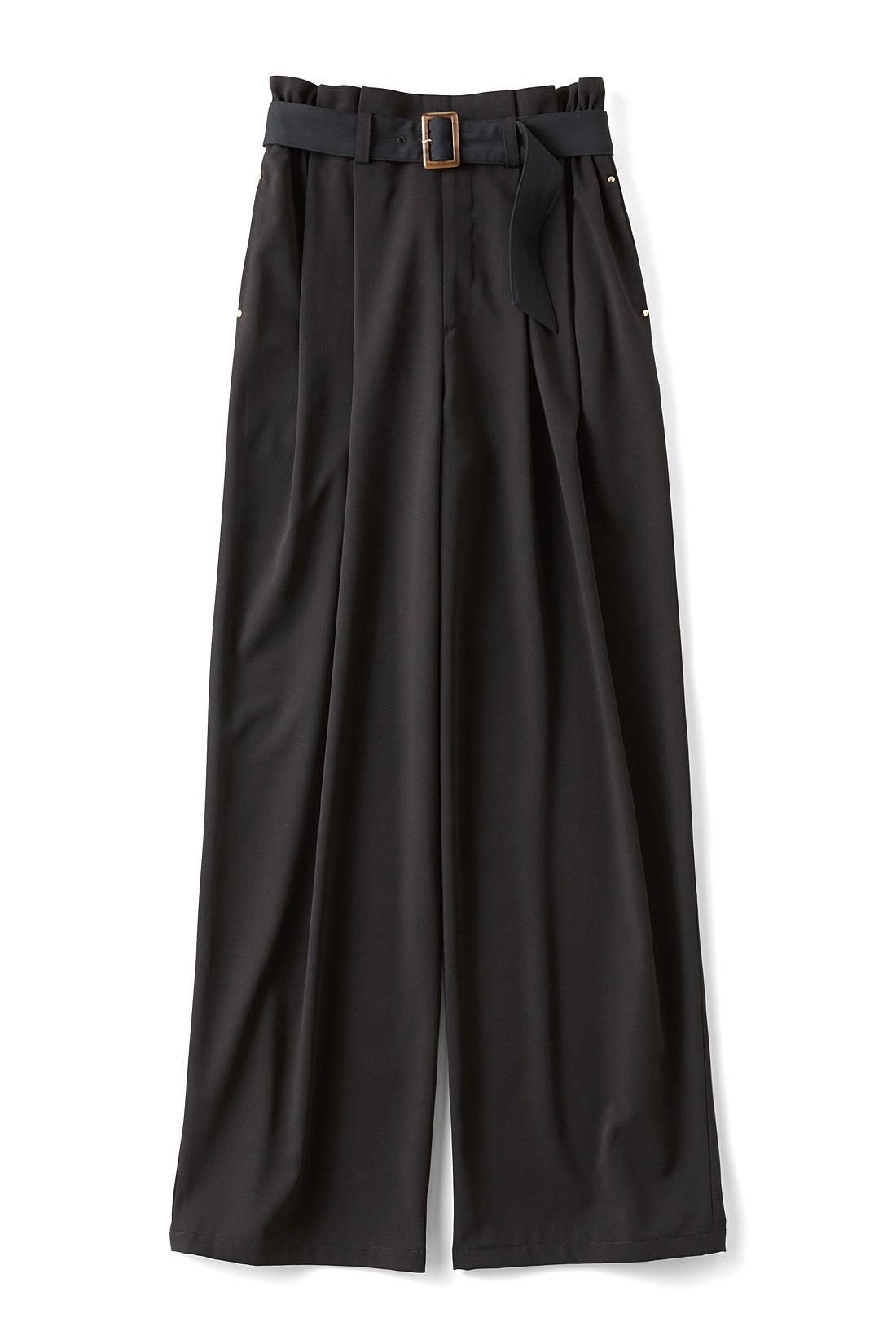 着まわし自在な〈ブラック〉 べっ甲風バックル付きの共布ベルトで、ウエストマークしてスタイルアップ効果も。 ※商品の色味はこちらをご参考にされてください