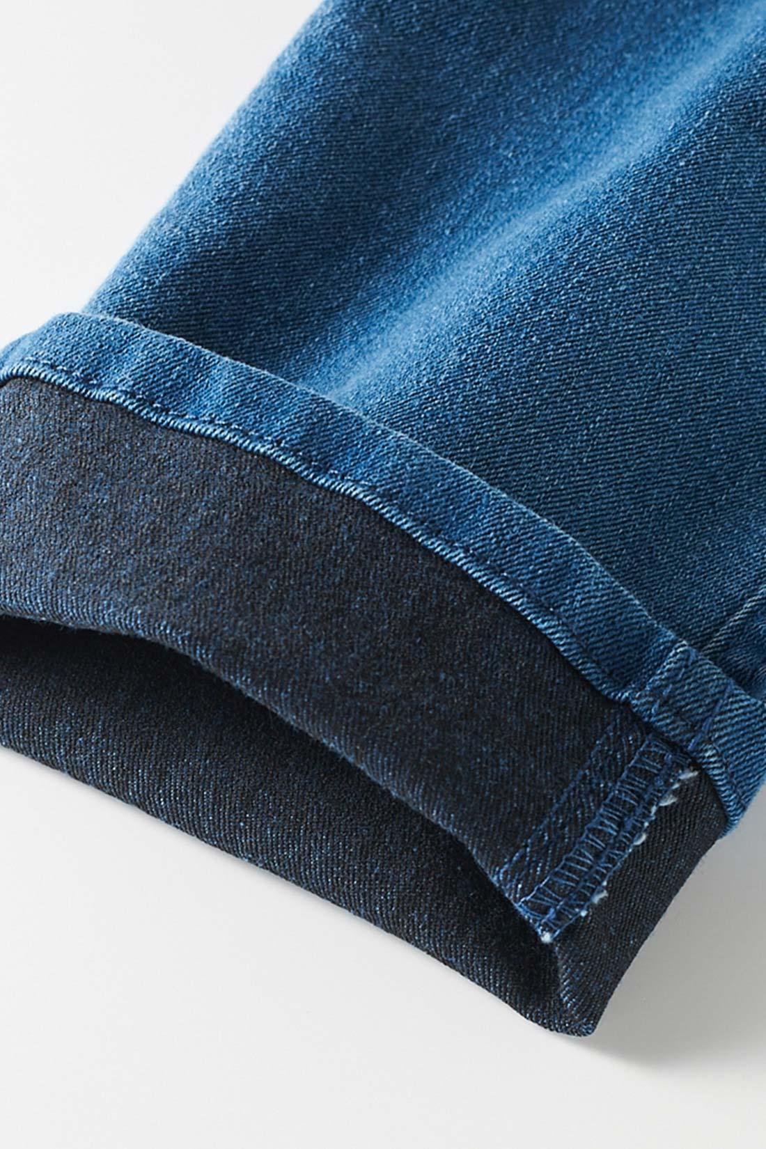 裏糸に黒を使ったデニム生地。一般的なデニムの裏糸はベージュ系を使うのに対し、このデニムには黒を採用。表地がほんのり黒みがかり、引き締まってきれいに見えます。※お届けするカラーとは異なります。