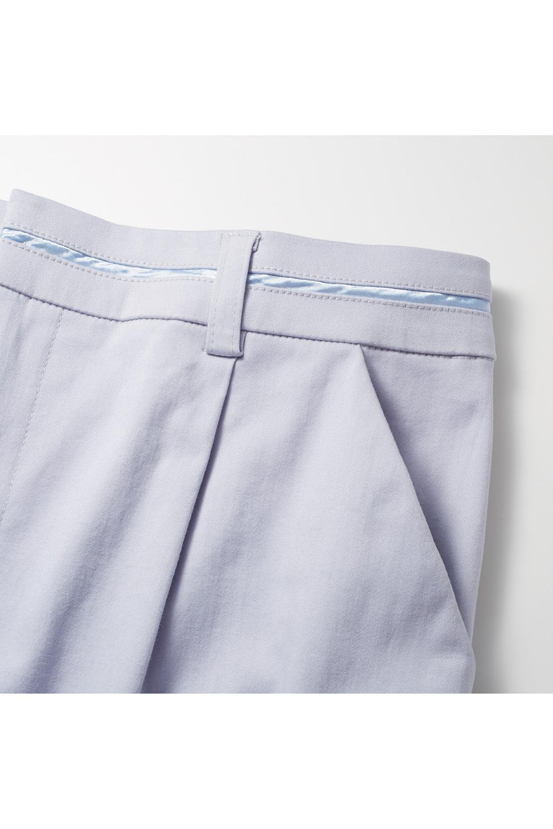 デザイン性のあるウエストまわり。サテンテープを挟んだウエストとステッチレスのポケットが細やかなこだわり。