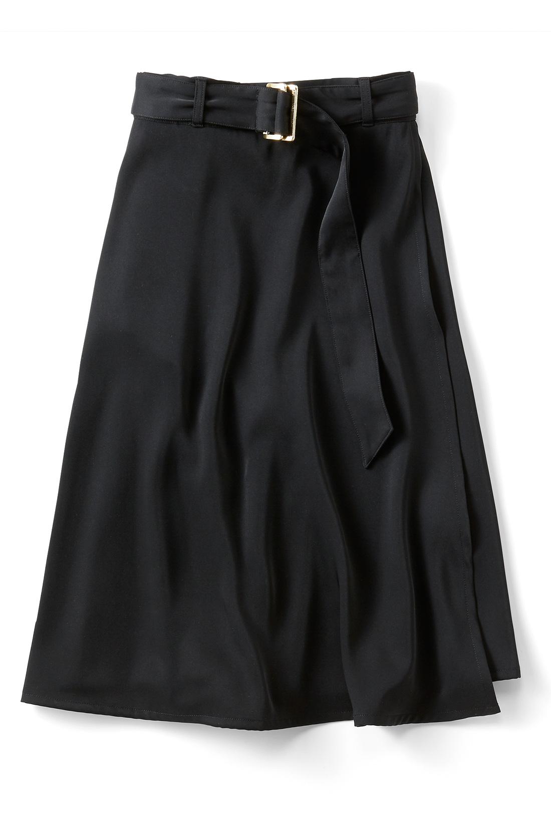 万能に着まわせる〈ブラック〉 右のサイドにはポケット付き。 ※商品の色味はこちらをご参考にされてください。