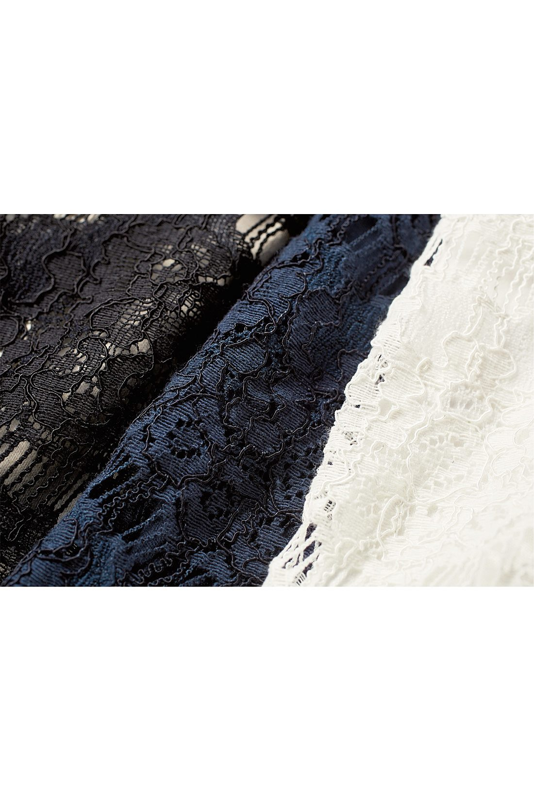 綿100%のカットソーにシルケット加工をほどこした上質な素材感と繊細なレースがぐっと女っぽさを高めます。