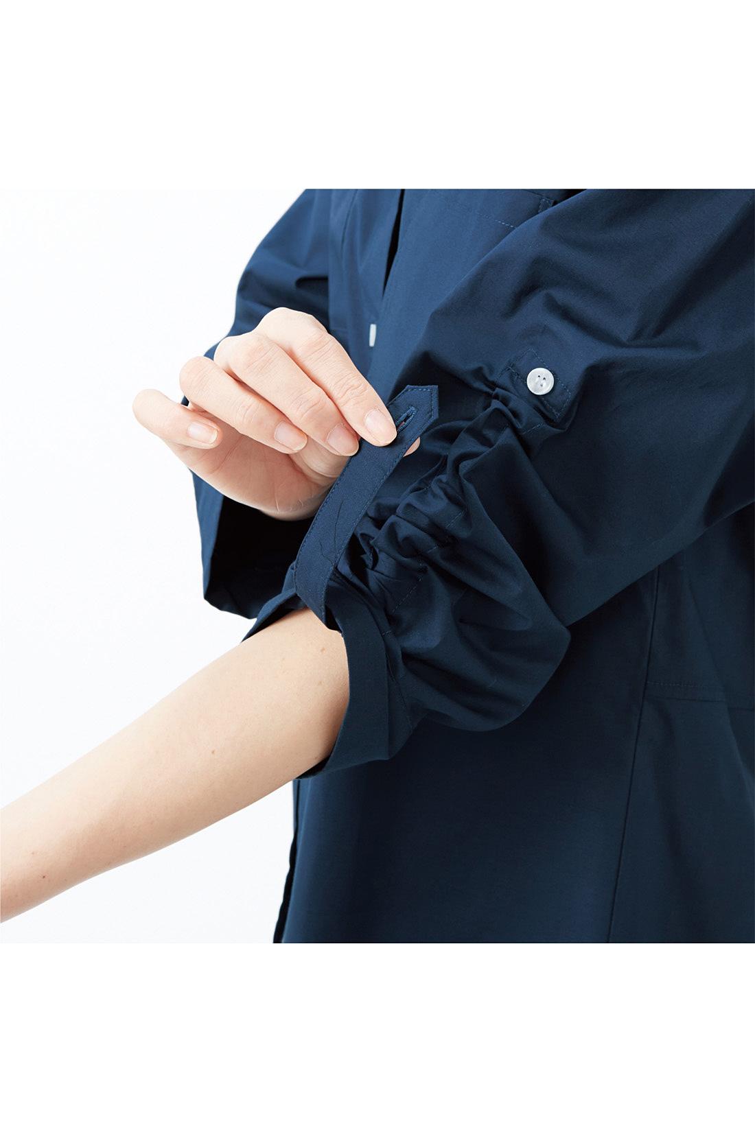 袖の内側のベルトを引っぱると、袖をくしゅっとプッシュアップできる仕様。※お届けするカラーとは異なります。