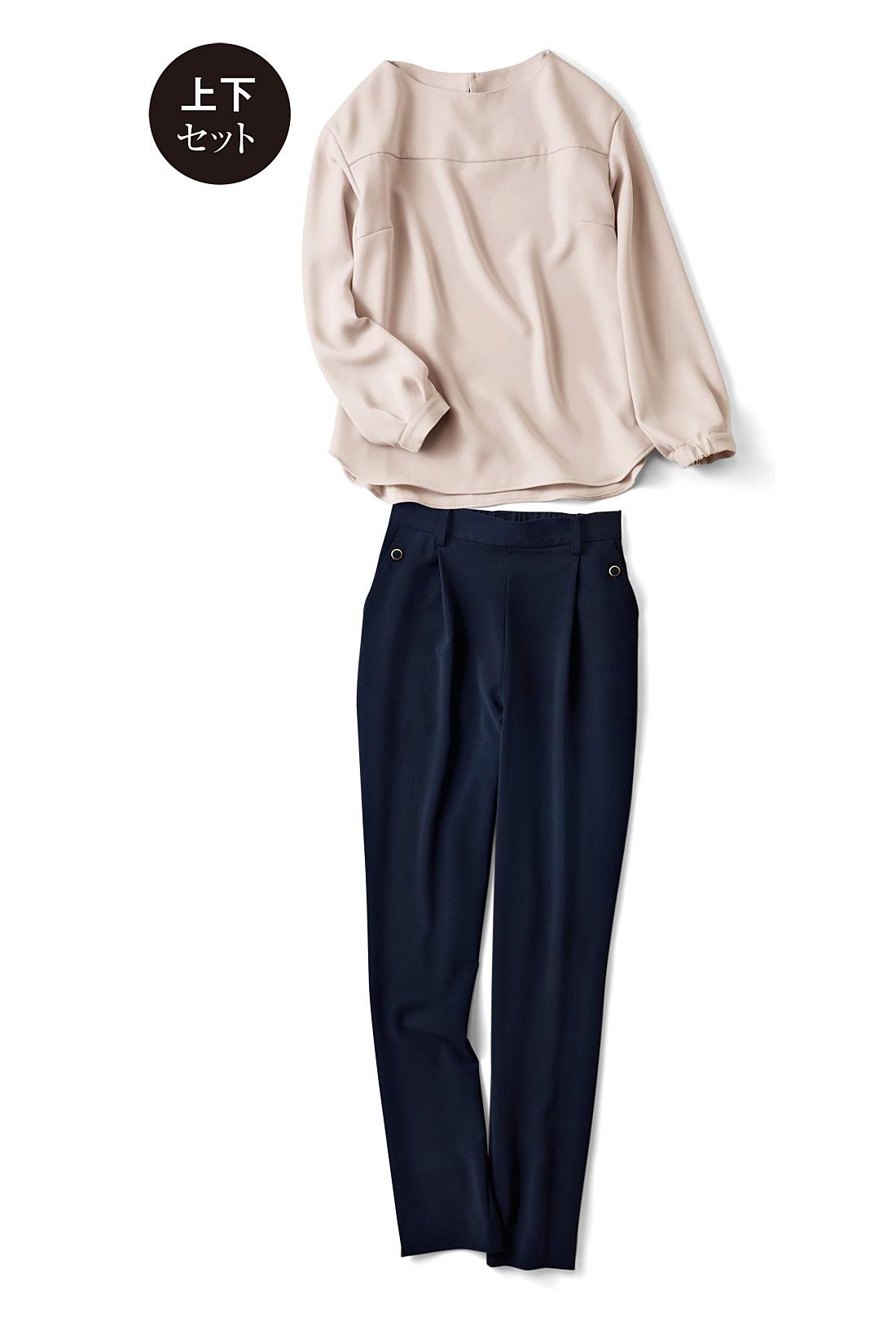 女らしく着映える〈ピンクベージュ×ネイビー〉 後ろゴムでらくちんなのに、フロントはベルトループ付きできちんときれい。