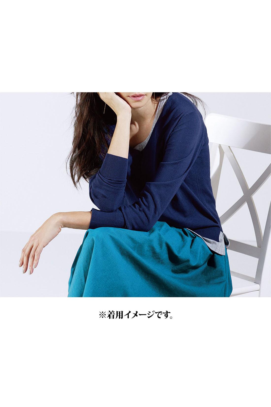 女っぽいスカートスタイルも凛と知的なネイビーを合わせればクールビューティーな表情に。ブルーのワントーンコーデも素敵。