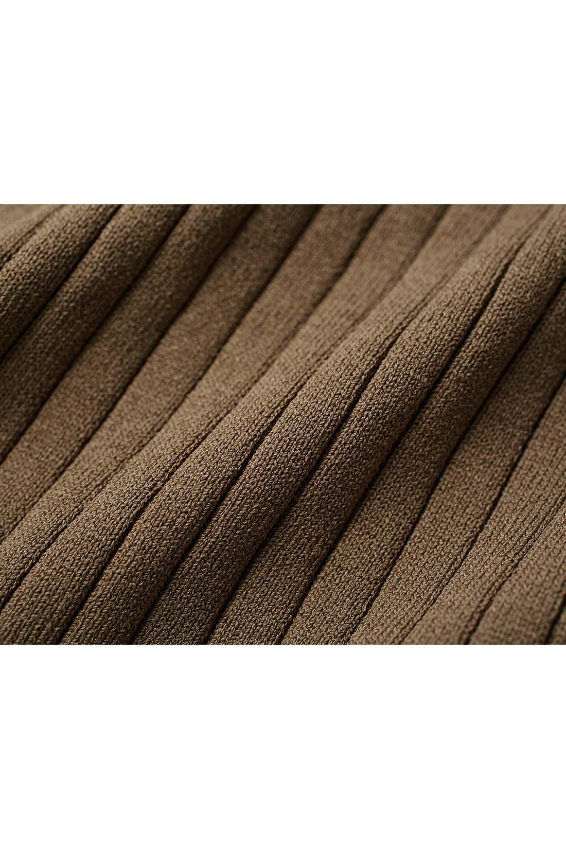 シャリ感がさわやかなナイロン混素材は表面感がきれいで、毛玉ができにくいのも魅力。