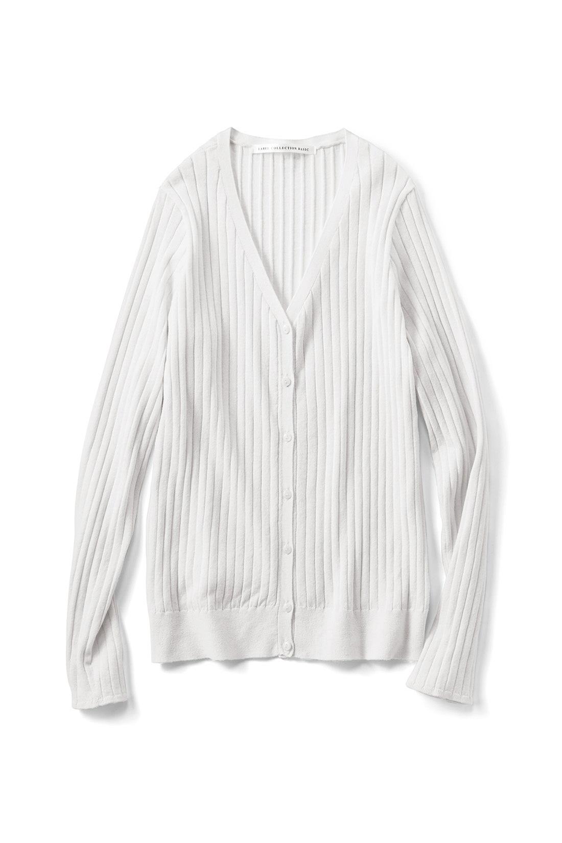 さわやかで着まわし力抜群〈ホワイト〉 細いリブ遣いの前立てと小さめの貝調ボタンも上品な雰囲気。編み地続きで仕上げた袖口がきれいめな印象。