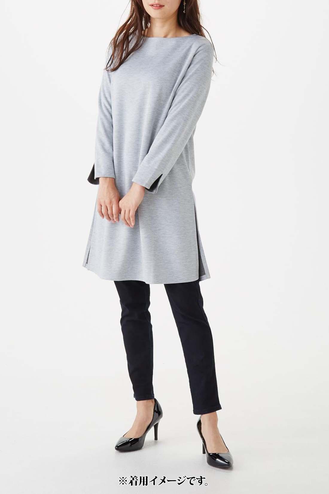 袖を伸ばした時の参考に。 モデル身長:165cm 着用サイズ:M ※お届けするカラーとは異なります。