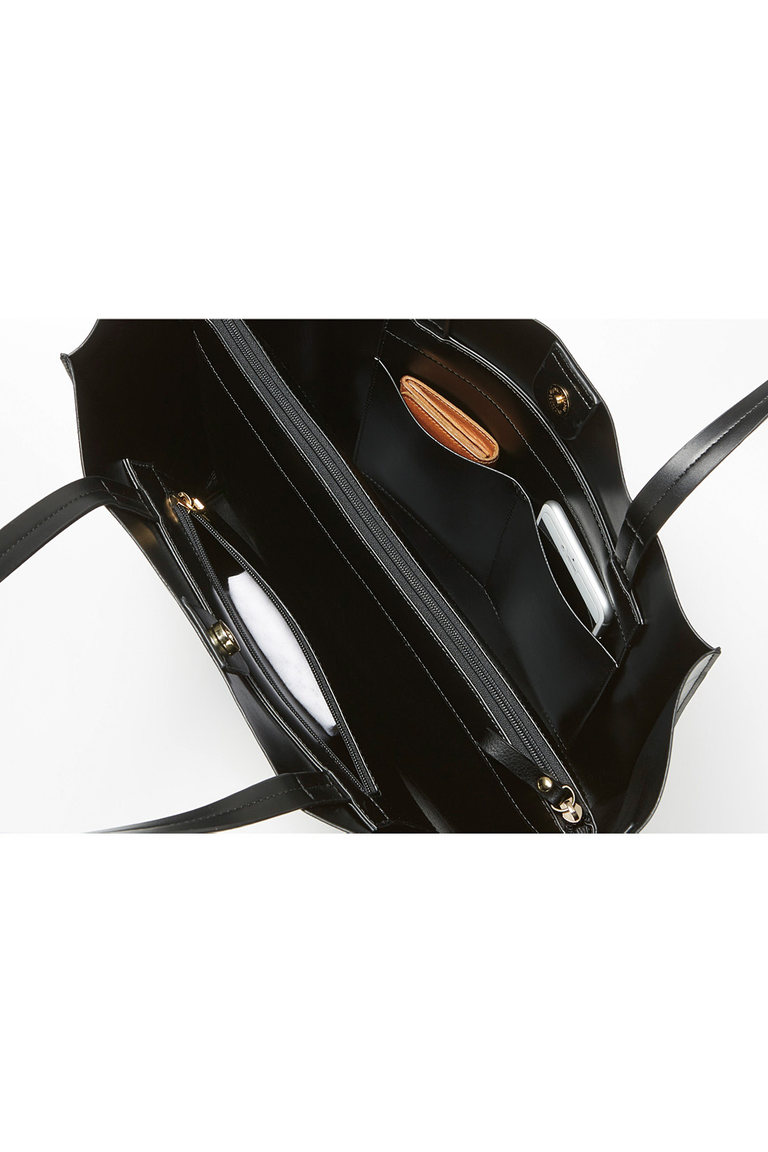 バッグの内側は、付属のインナーポーチが仕切りとして活躍。ファスナーポケットや差し込みポケット付きで便利。