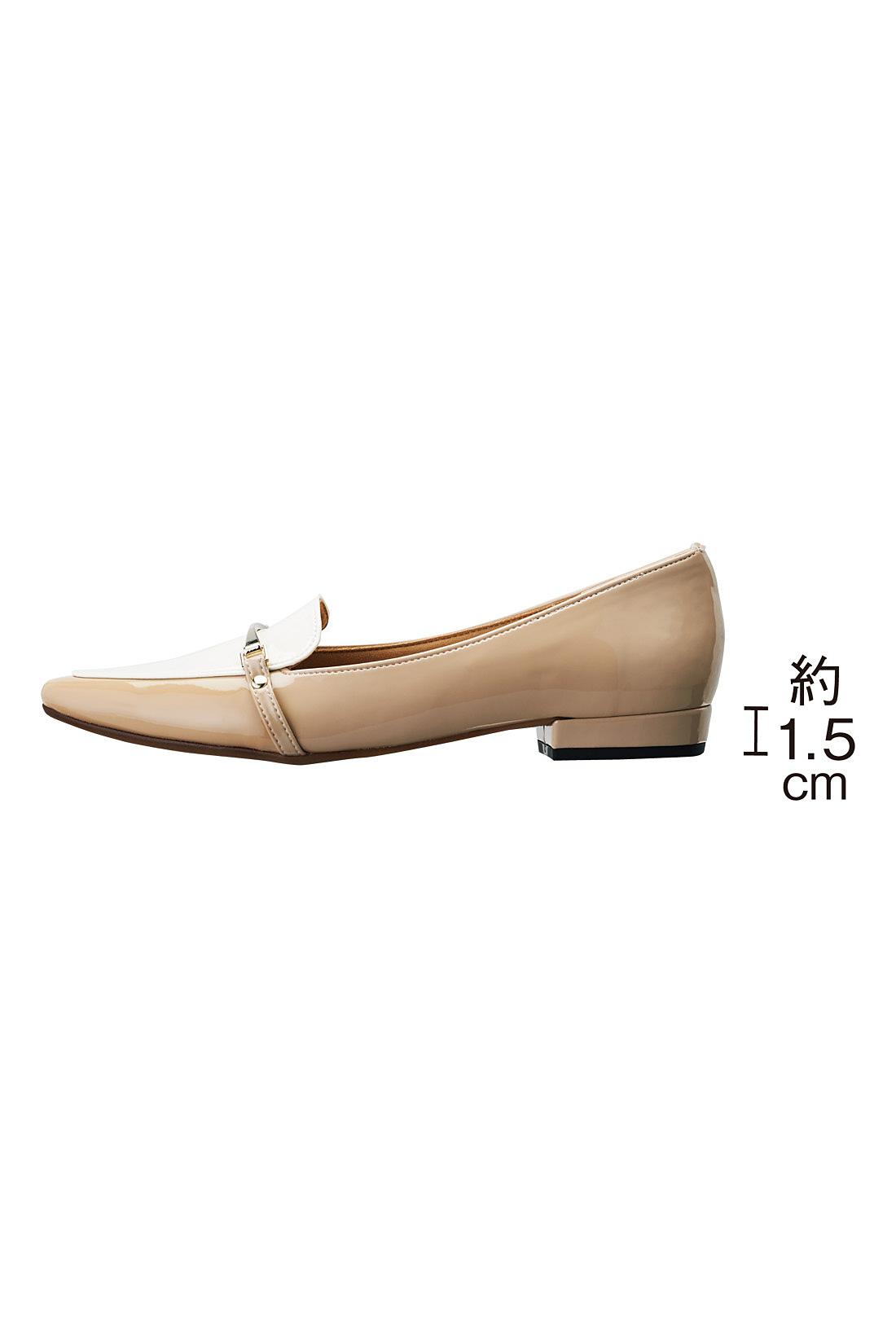 ぺたんこよりも歩きやすく、足をきれいに見せる1.5cmヒール。※お届けするカラーとは異なります。