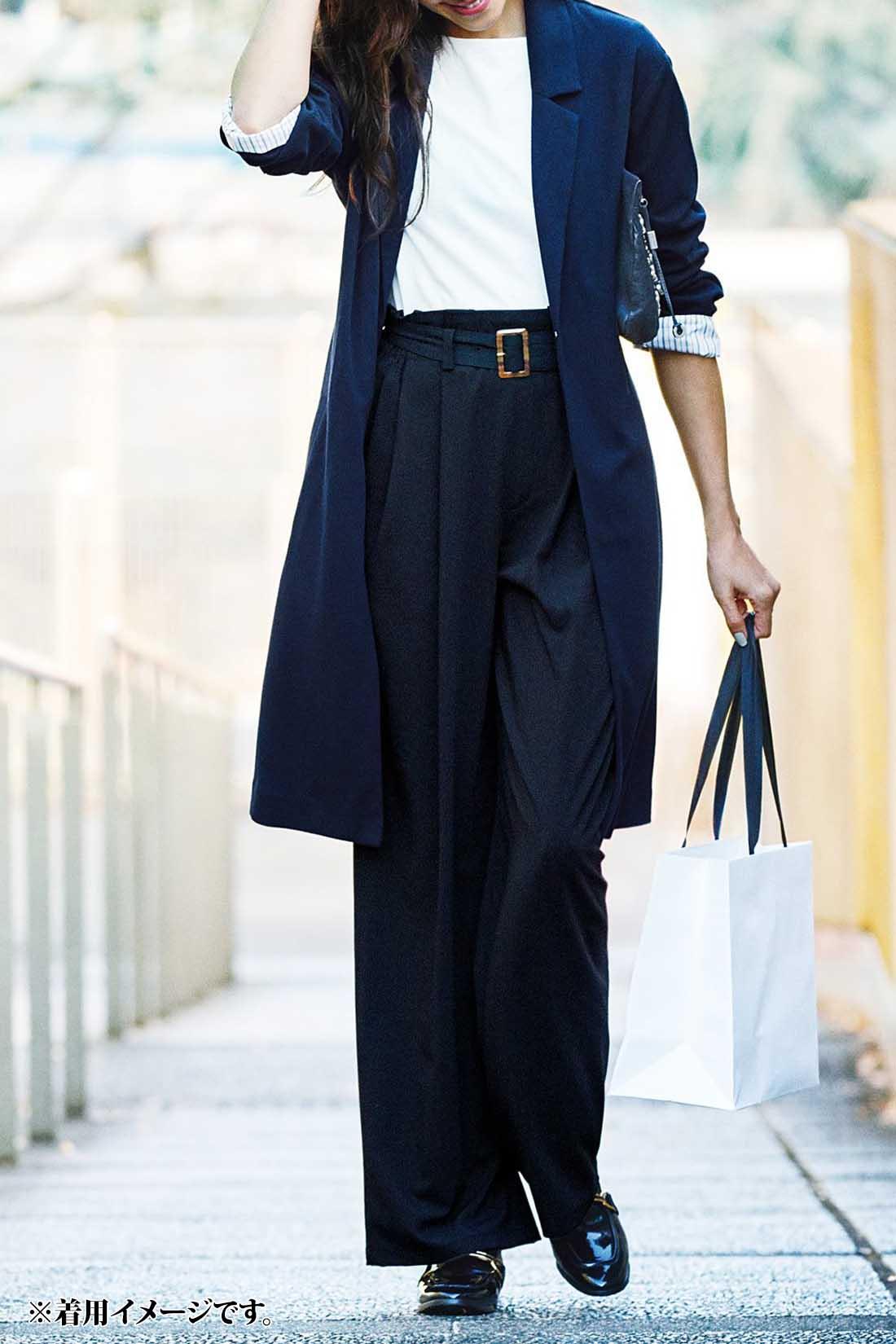 コート感覚でハンサムに きれいめの素材感&スマートな衿デザインで仕立てているから、きちんと感が欲しい日にも、辛口に仕上げたい日にもハンサムに決まります。