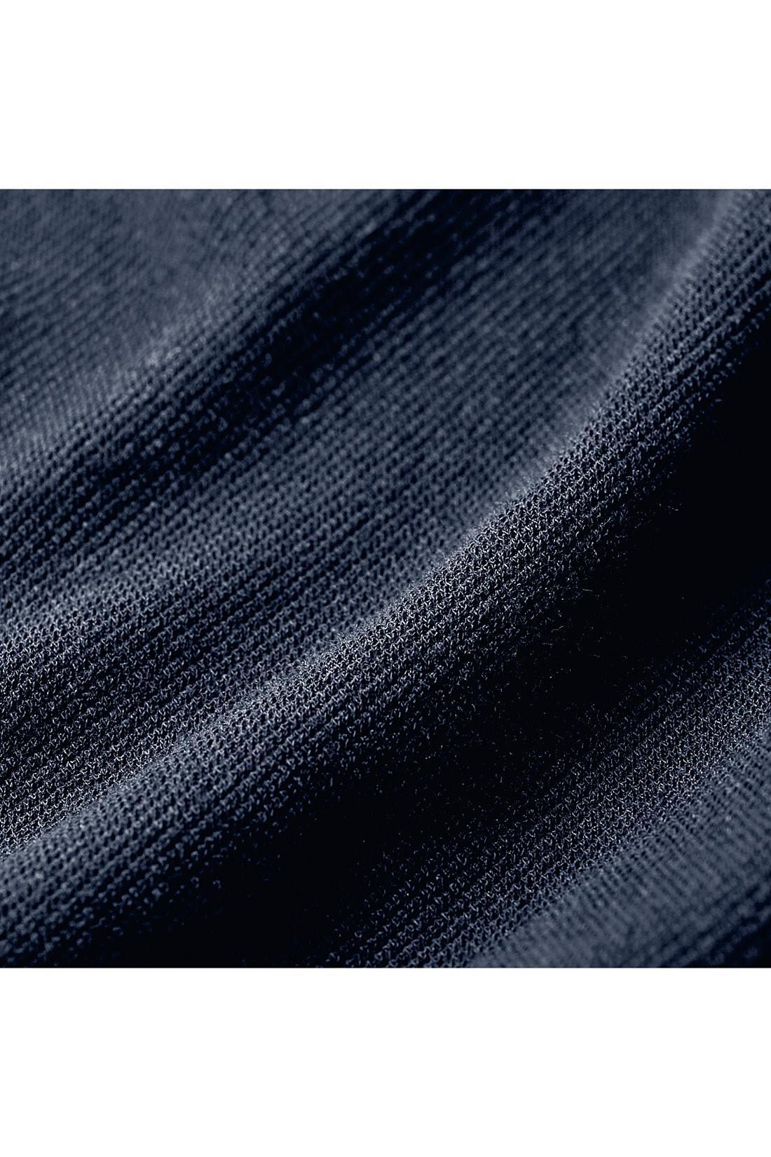 きちんと見えて動きやすいきれいめカットソー ツイル目できちんと感を出したカットソー素材。おうちで洗濯できて、イージーケアなのも魅力。