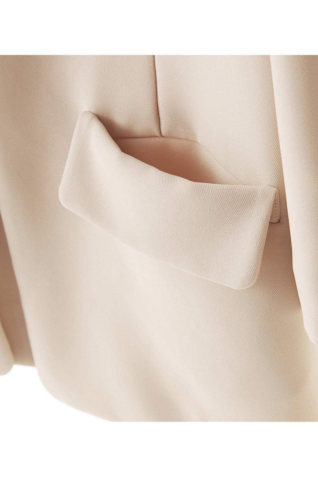 アクセントになるフラップデザインのポケットは、そのまま手が入る仕様。