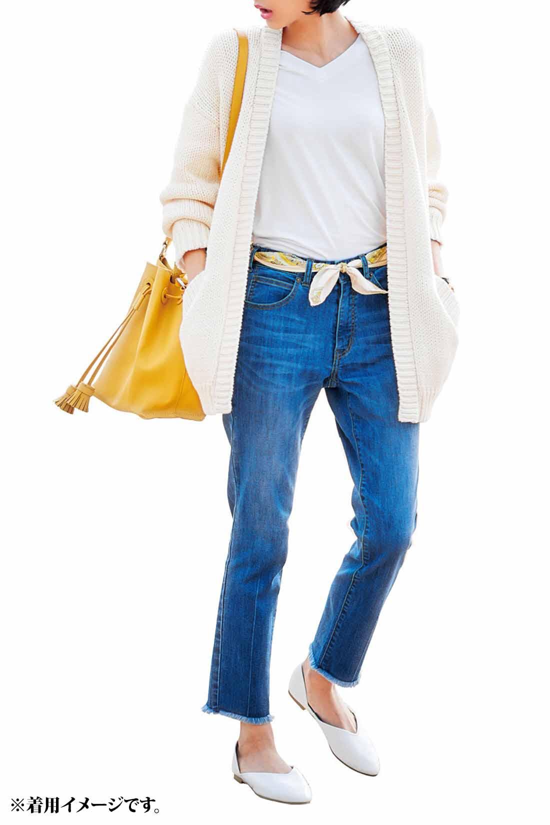 たっぷりシルエットのざっくり感が今っぽいニットカーデで春デニムをさわやかにコーディネイト。ベルトの代わりにスカーフでウエストマークすることで、よりやわらかな印象に。足もとも白のぺたんこシューズで軽く仕上げて。