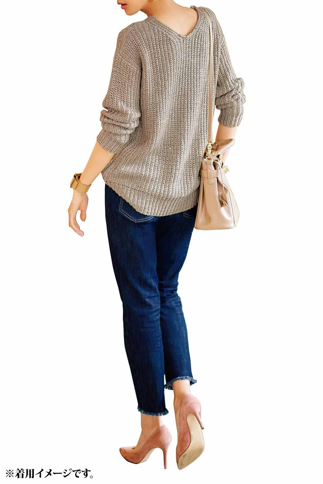デニムスタイルを女らしく更新してくれるのはゆるニット。からだに沿いながらも隠したい部分はカバーしてくれるからスタイルアップはまちがいなし。足もとはヒールでさらに女っぷりを格上げして。