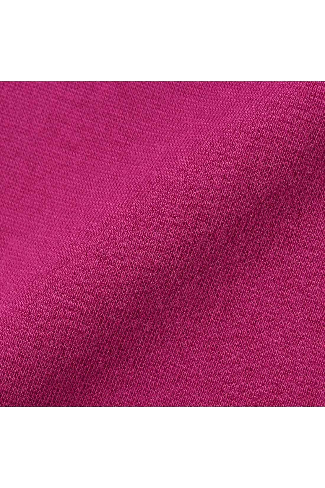 後ろ身ごろと袖口は動きやすい綿混ストレッチカットソー。