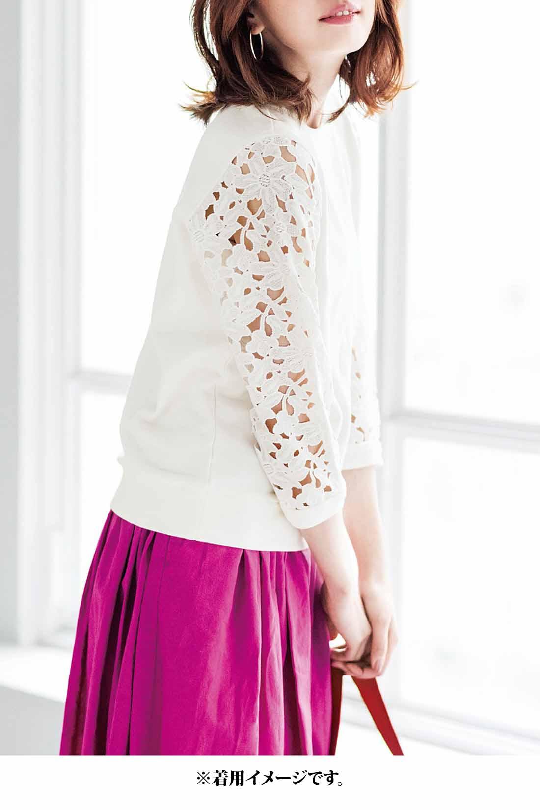レースの透け感×スカートの鮮やかカラー。ときめく華コーデでその場の空気まで明るく変える、さわやかな美人オーラに包まれて。
