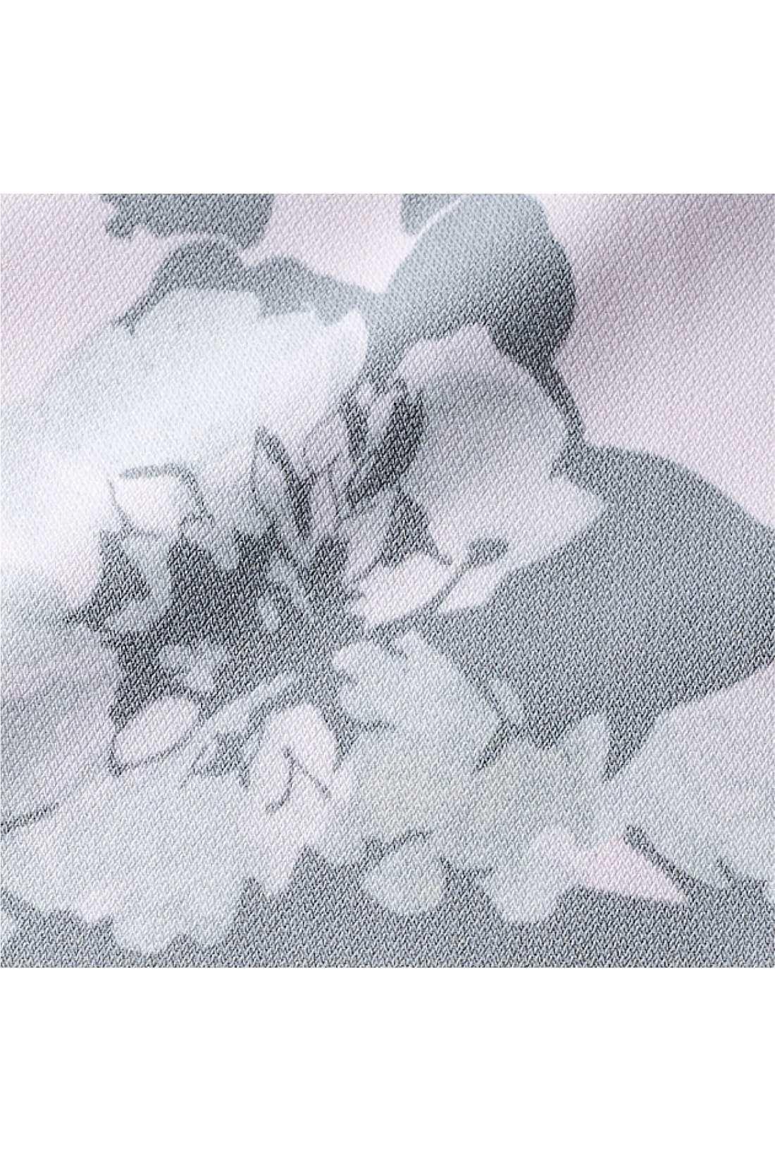 大ぶりの花柄をグレイッシュトーンで水彩画風にアレンジして、品よく大人っぽく。