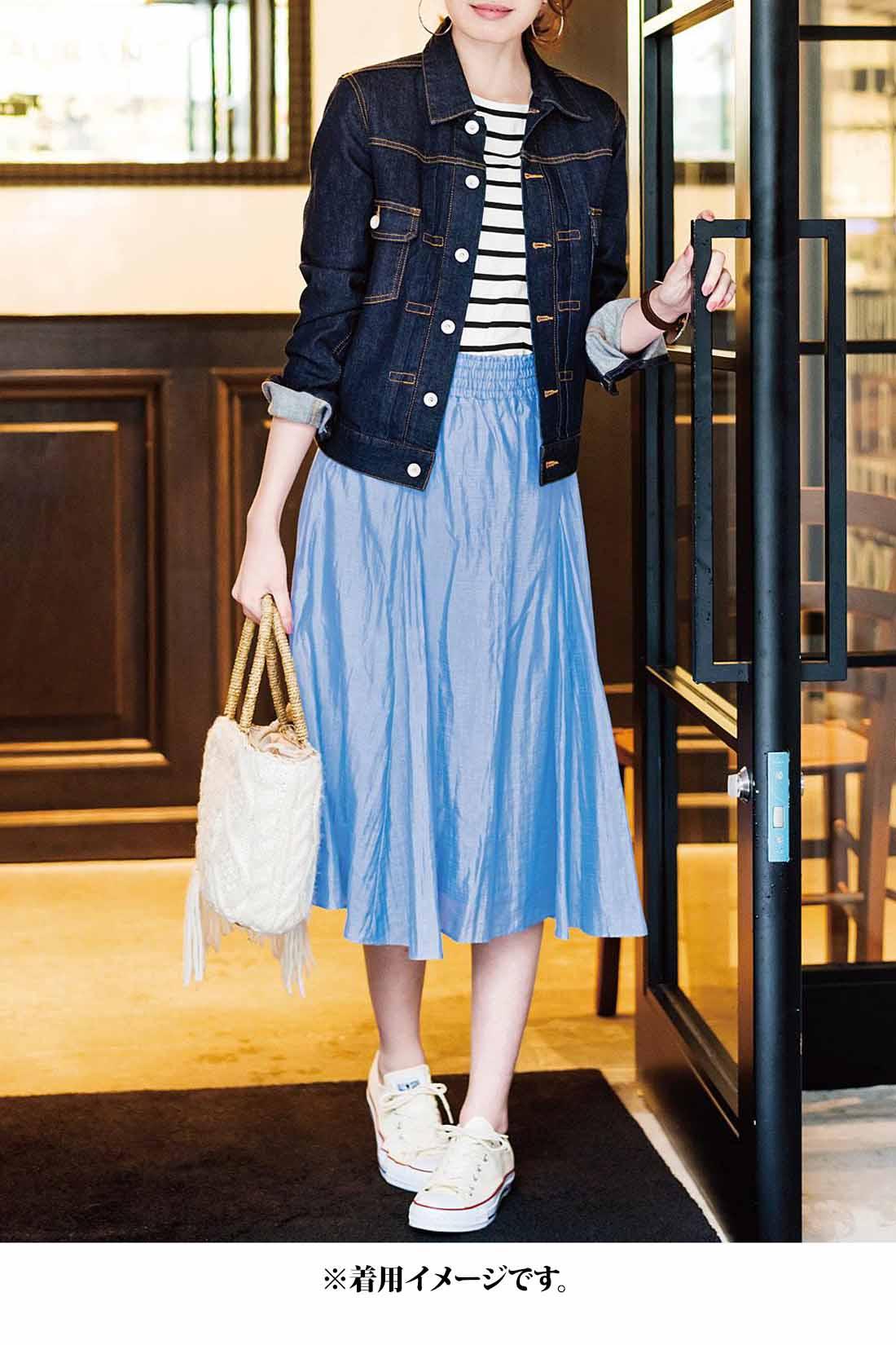 ふんわりかわいいスカートを、美シルエットのGジャンが軽やかにカジュアルダウン。きれいめなリジットデニム風のネイビーがコーデの引き締めや抜け感調整にも活躍します。
