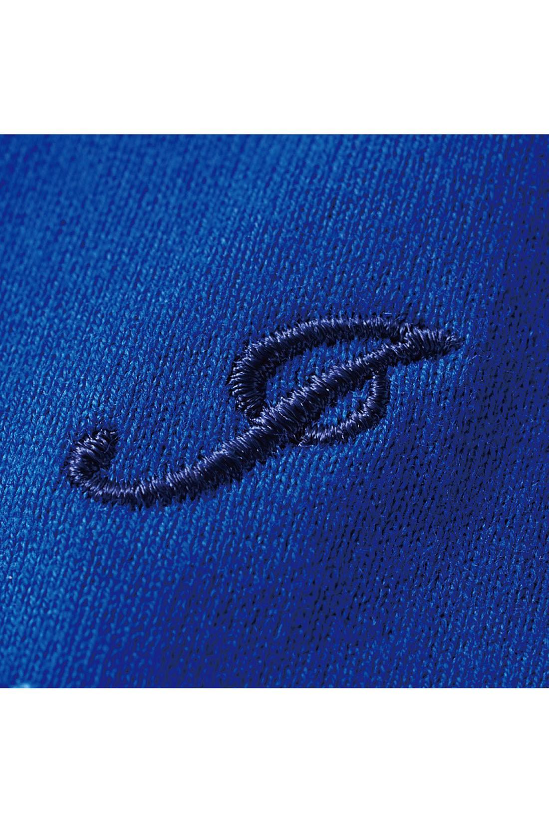 左袖にワンポイントの刺繍をさりげなく。※お届けするカラーとは異なります。
