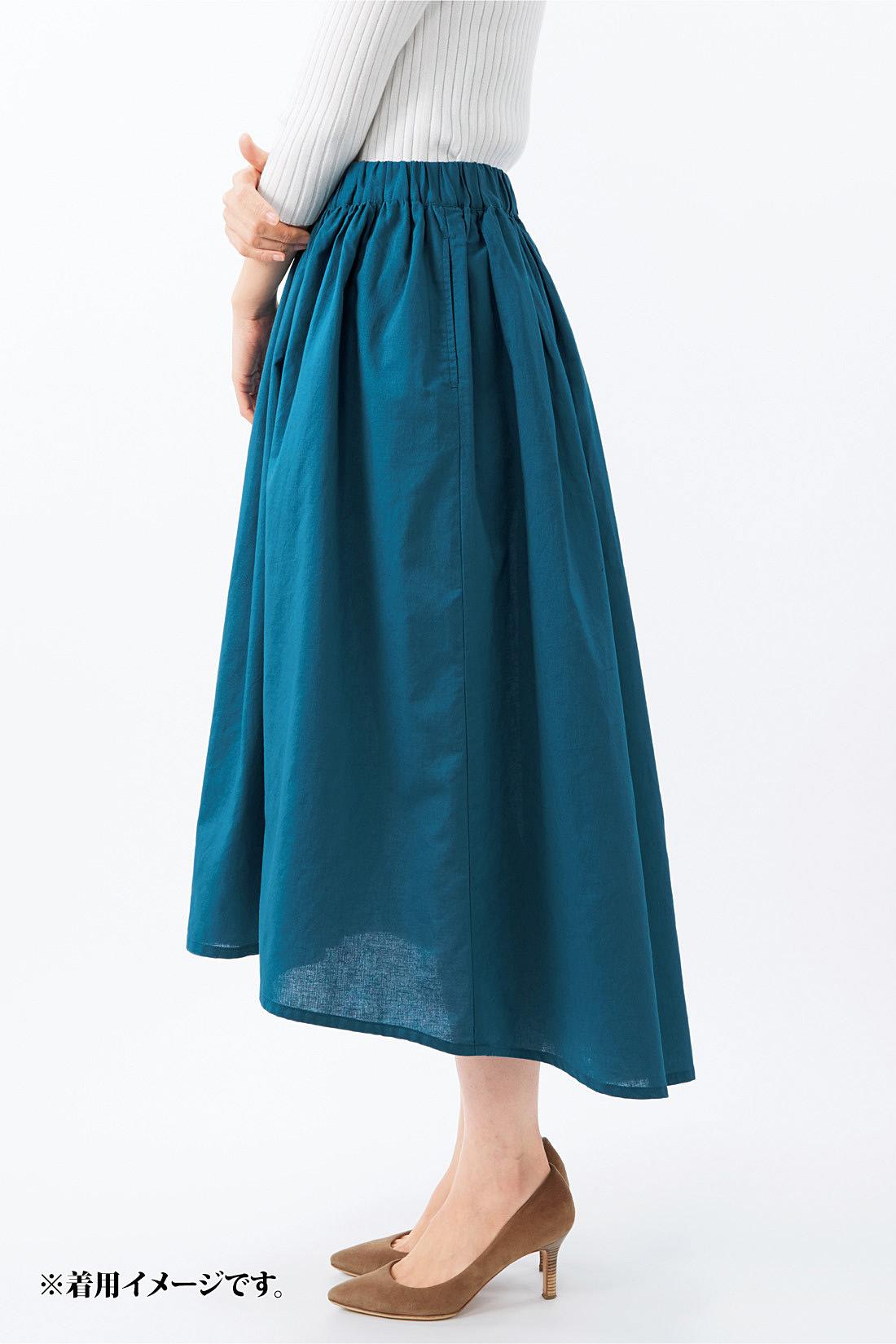 前後で長さを変えたフィッシュテールスカートで、アシンメトリーに。動くたび見え隠れする脚線も艶っぽい印象。※お届けするカラーとは異なります。