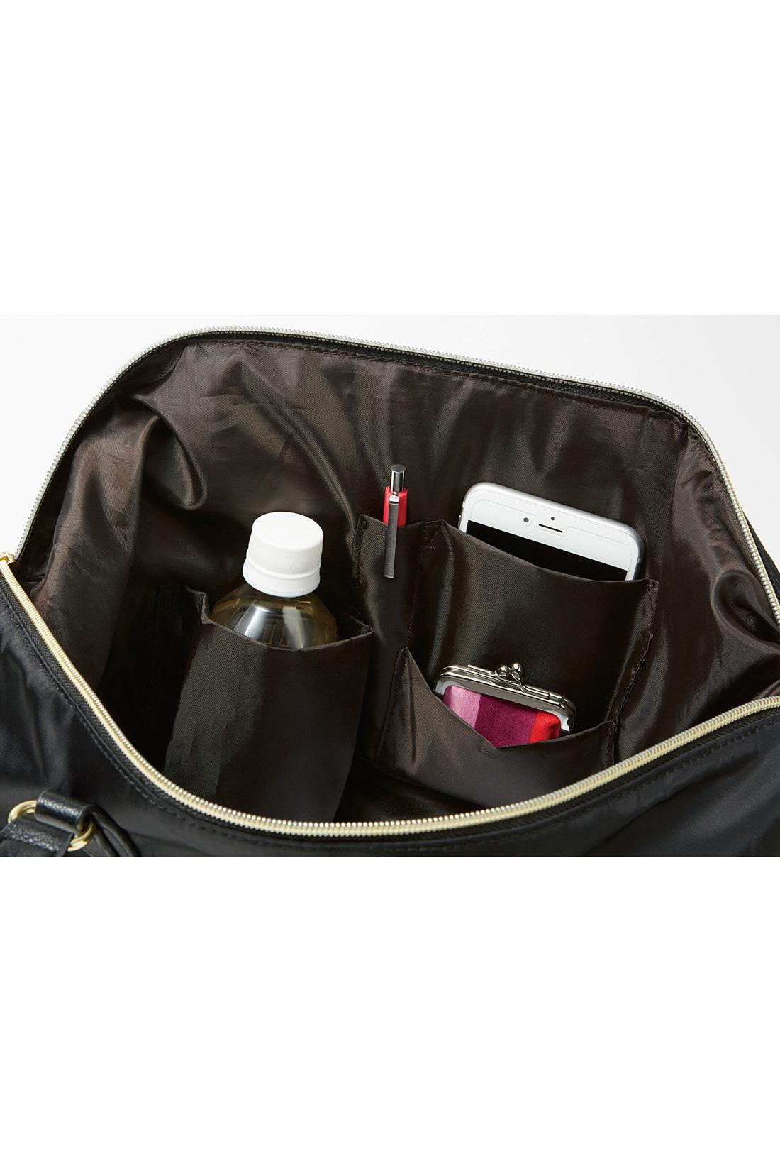 ペットボトル、ペン、充電器など、荷物に合わせた最適収納を想定。機能充実の指定席ポケットが4つ。中身が見渡せる大きく開く間口は、出し入れもノンストレス。
