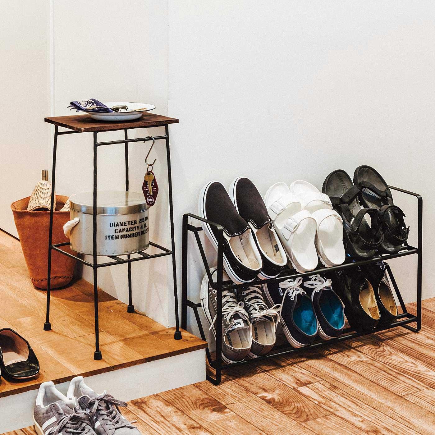 いつもきれいにしておきたい玄関。カギやハンカチなどのお出かけグッズと靴は、指定席を決めておきましょう。