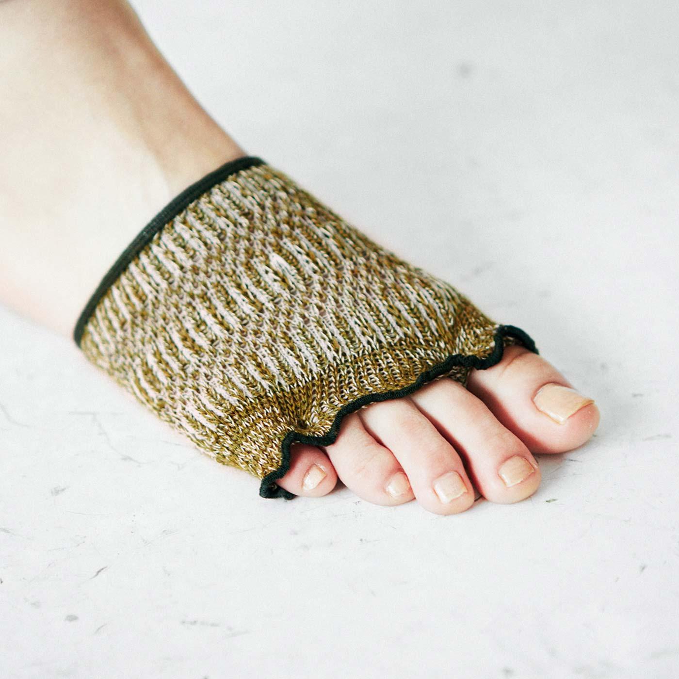 親指、中央、小指の3つのホールに分けて指を入れるので、トングタイプの指また擦れを軽減します。