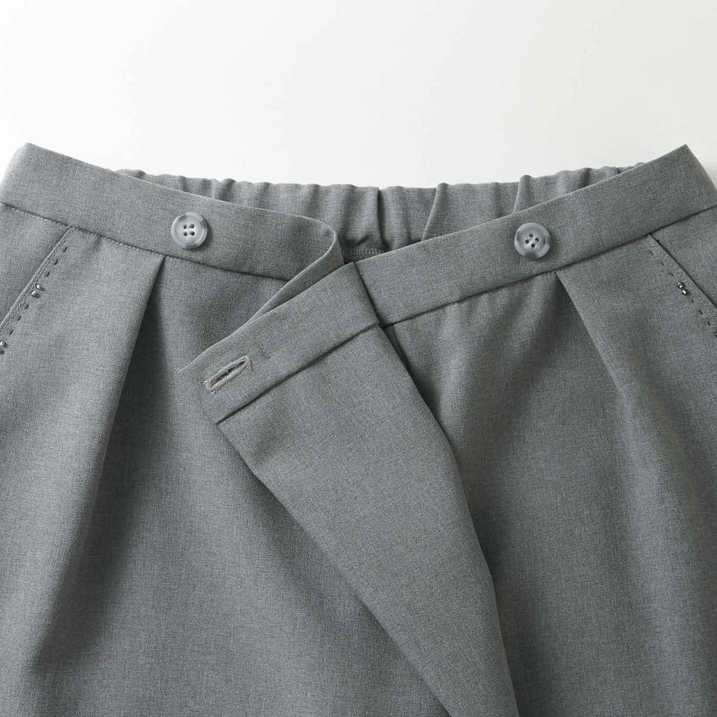 ウエスト部分はラップタイプで、一見するとスカートのよう。おなかまわりもすっきり見せます。