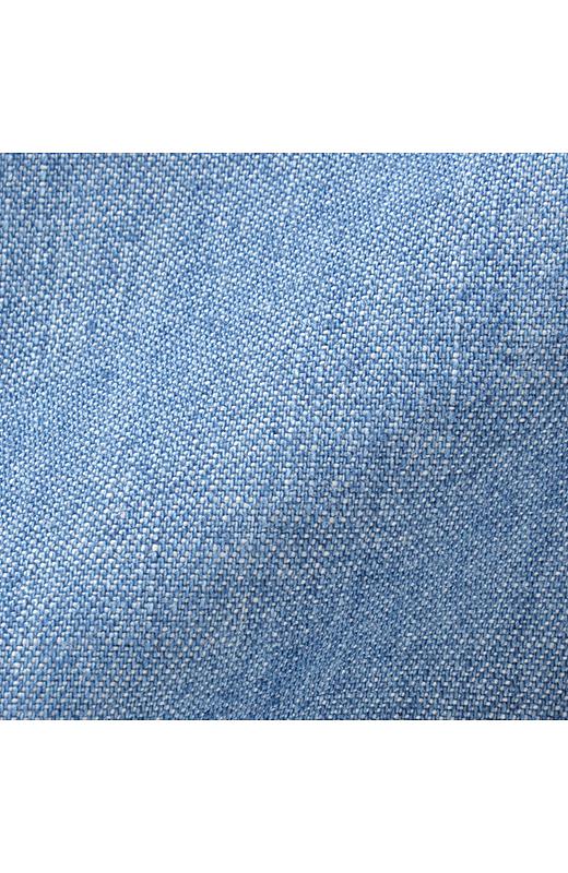 生地は綿100%。ちょうどいい厚みの5.7オンスデニムが、肌にやさしくなじみます。