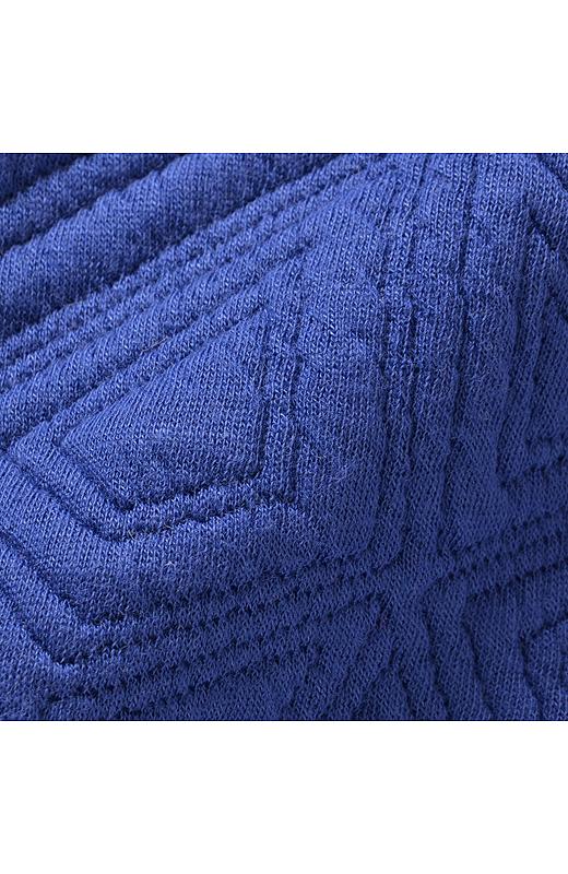 中わた入りのキルティング素材は着ぶくれしないほどよい厚み。
