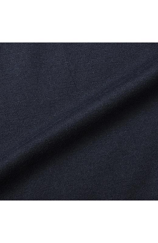 薄手でやさしい肌ざわりの綿混素材。一枚でも、重ねても着やすい素材感です。