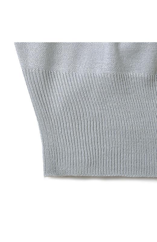 すそや袖の長めのリブ遣いが着やせのポイント。