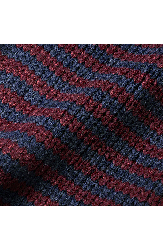 袖は細天じく編みで、ボーダーなのもデザインのポイント。2色のカラーコンビ。