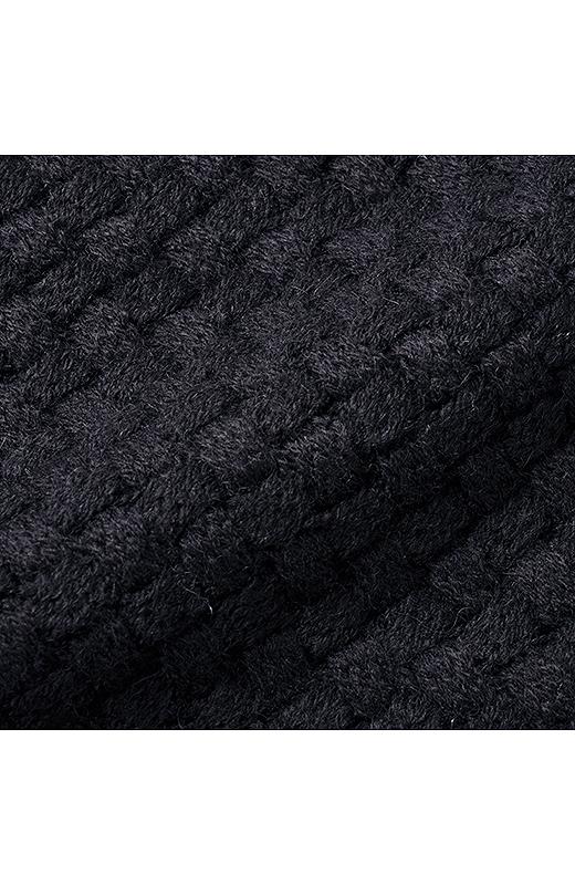 厚手でしっかり暖かいバスケット編み。ミドルゲージの軽い糸で編み込んだので、しっかり厚手でも上品な表面感です。