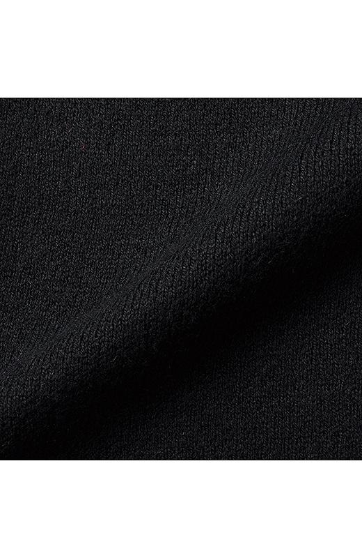 スカート部分はからだのラインを拾わない厚みのあるミラノリブ。
