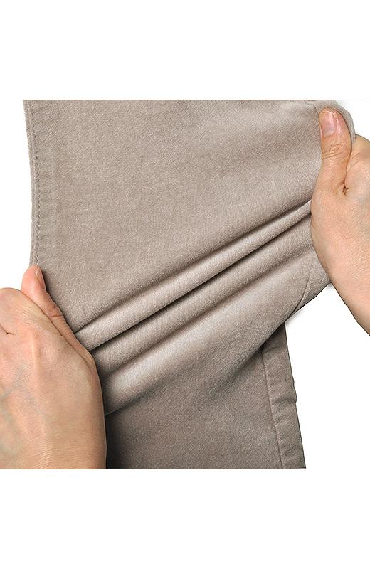 伸縮性のあるストレッチ素材だからはき心地はとても快適。