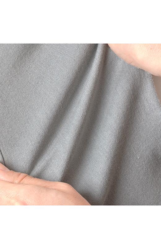 ほどよくフィットするストレッチ素材は、脚のラインを拾い過ぎず、すらりとした美脚を実現。