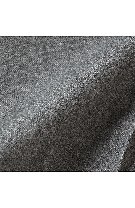 ウールライクな素材を使用。レーヨンを混紡しているので美しい落ち感が楽しめ脚さばきもきれいに。