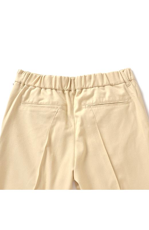 Back ウエストはバックにのみゴムを使用、ポケット遣いでのっぺりを防止しヒップを自然にカムフラージュ。