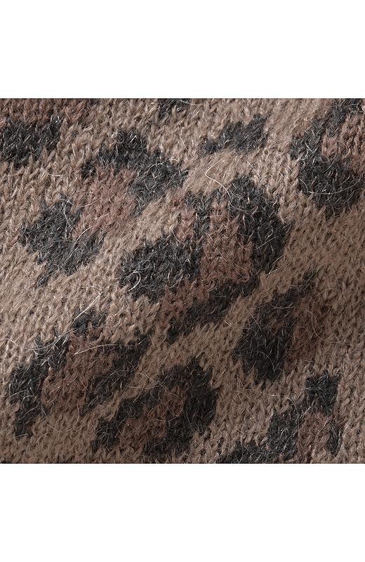 モヘア混素材を使用しました。ほんのり毛足があるのでほどよいニュアンスが楽しめます。とてもやわらかで軽いはき心地がくせになりそう。