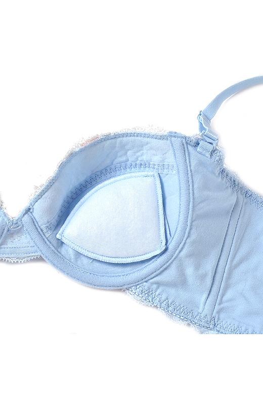 凹凸の少ないサイドボーンで、ストレスフリーな着け心地を追求。ブラのサイドからバックにかけて、肌に当たる部分は綿混素材に。