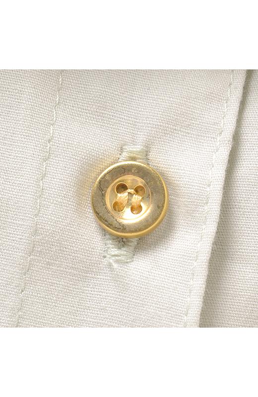 ゴールドのボタンがおしゃれのポイント。