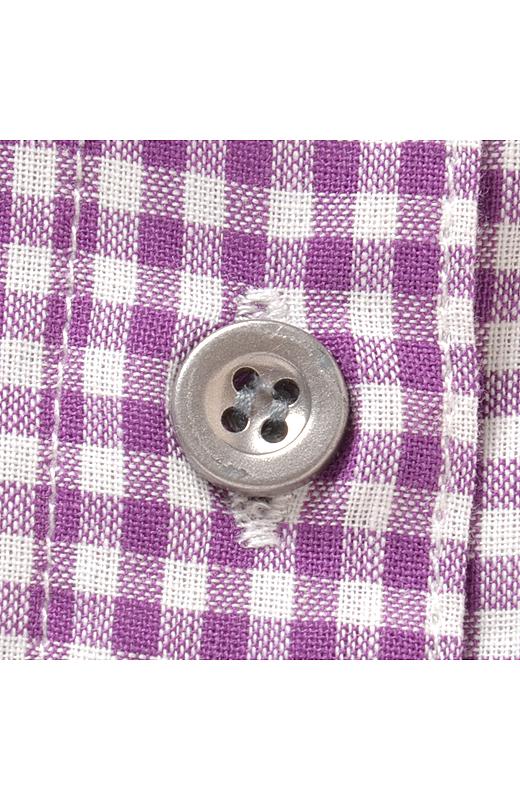 シルバーのボタンがおしゃれのポイント。
