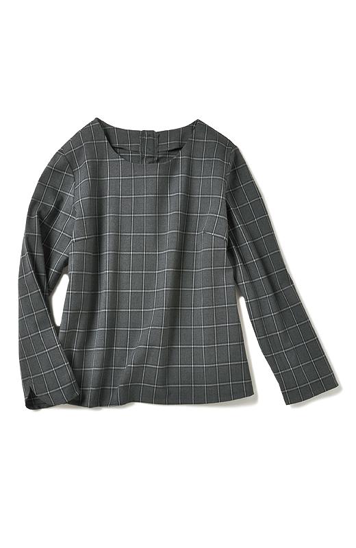 ほどよく詰まった旬のネックデザイン。すとんと着るだけで女性らしさを引き立てる、きれいめコンパクトなBOXYシルエット。