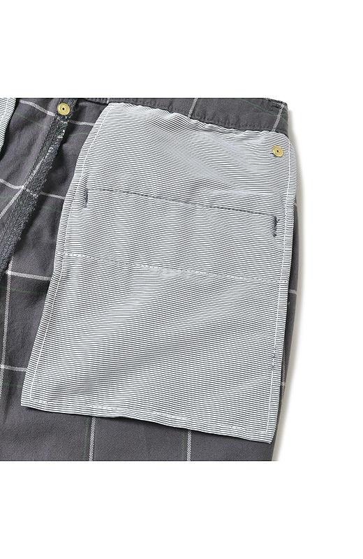 ポケットの裏布にストライプ柄をあしらって、見えないところのも愛らしく。