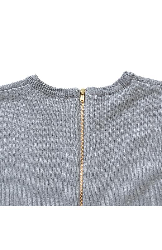 ウールを混紡したハイゲージニットはやさしい肌ざわりでとてもしなやか。減らし目テクニックによる一枚仕立てなので、ウエスト切り替えがなく、とてもすっきりとした美しい印象です。
