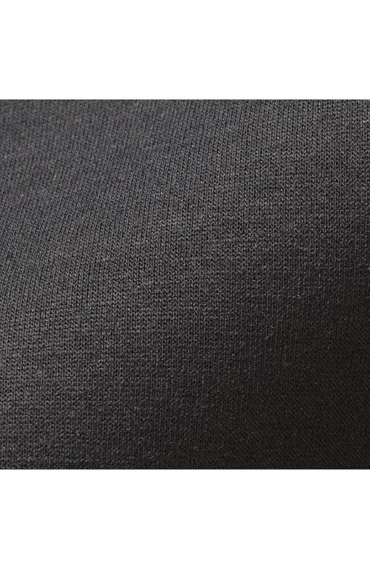 二枚のカットソー生地を中糸でつないだダブルフェイス素材。間に空気の層を含んだ二重構造で、まるでウェットスーツのようなクッション性のある素材感がユニークで立体的なシルエットを生み出します。